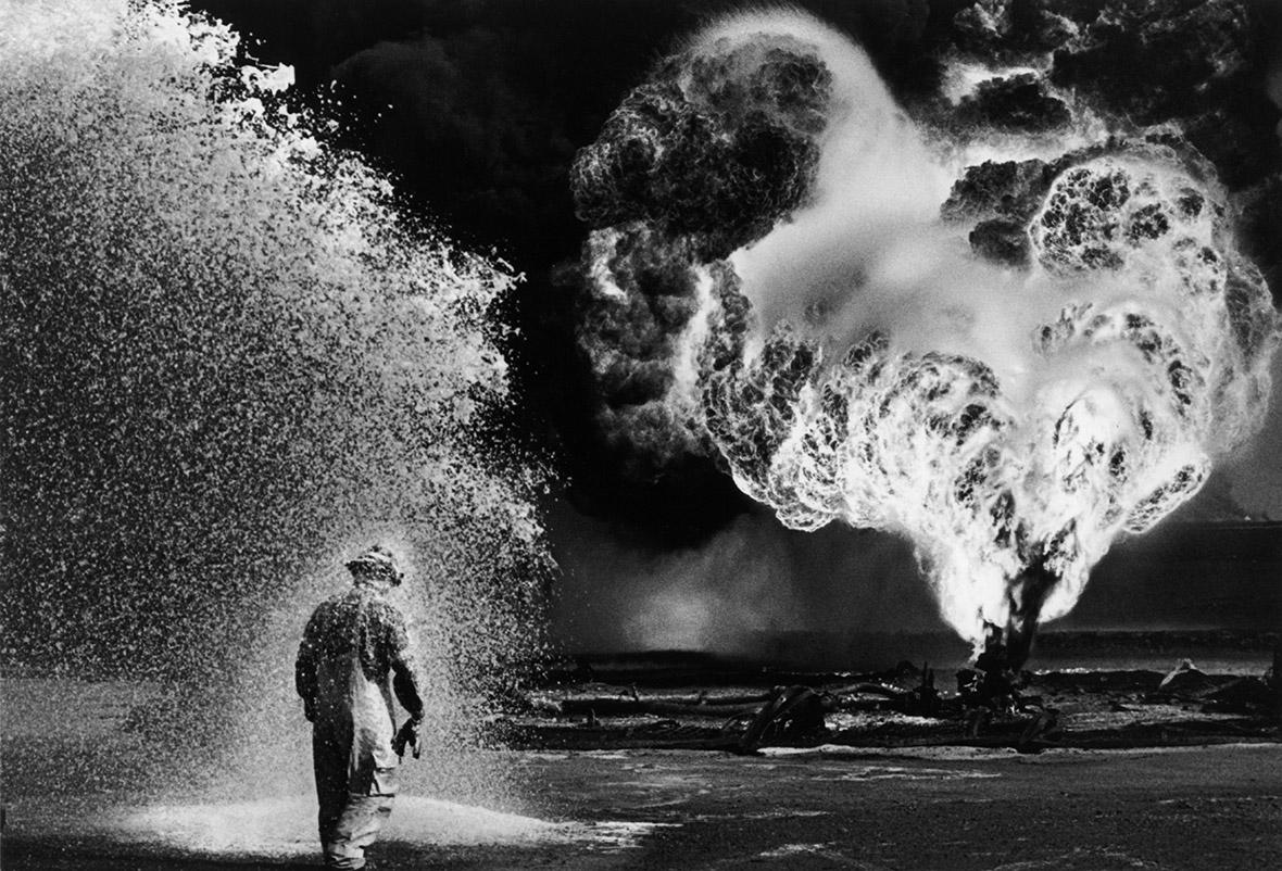 sebastiao-salgado-oil-wells-firefighter-greater-burhan-kuwait-1991