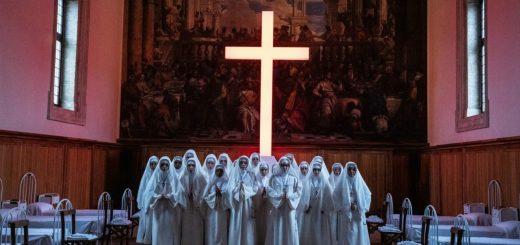The New Pope croce neon recensione
