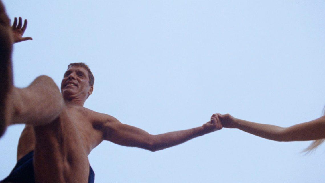 Un uomo a nudo. Il nuotatore, dal racconto allo schermo