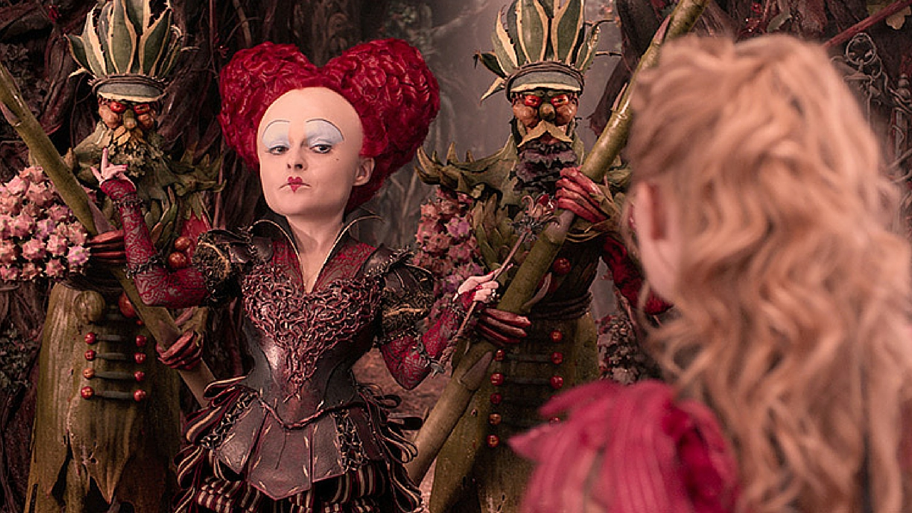Alice non attraversa lo specchio, ma ci si arrampica goffamente